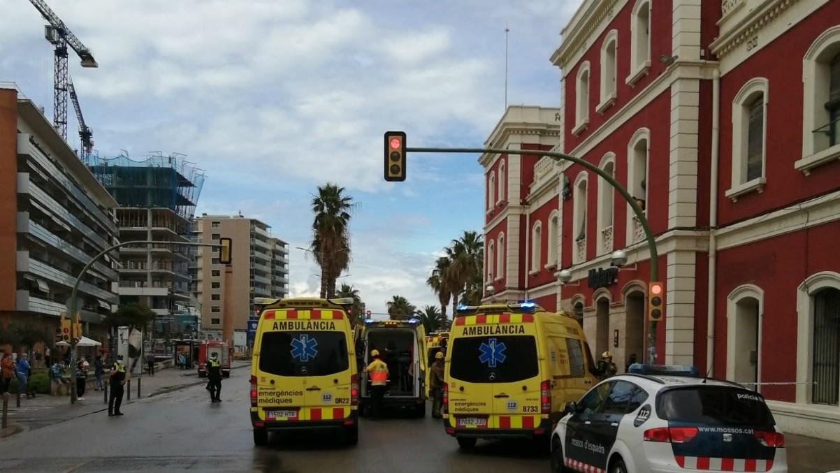 Dotaciones de emergencias frente a la estación de trenes de Mataró – (Emergencias)