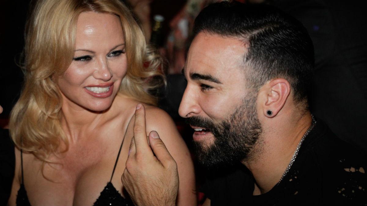 Adil Rami y Pamela Anderson, en su etapa como pareja. (AFP)