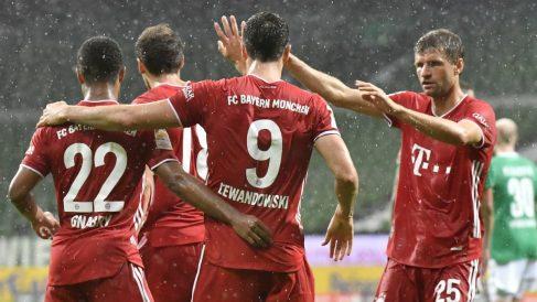 Los jugadores del Bayern celebra el gol de Lewandowski. (AFP)