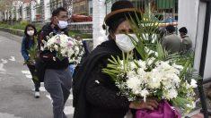 Una familia boliviana participa en una rápida ceremonia de enterramiento de un familiar fallecido por coronavirus. Foto: AFP