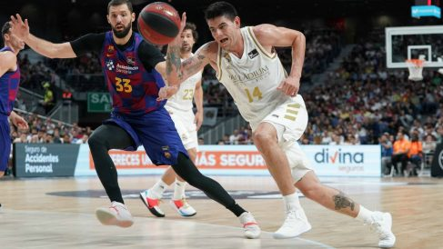 Mirotic sigue a Deck en un partido entre el Real Madrid y el Barcelona. (ACB)