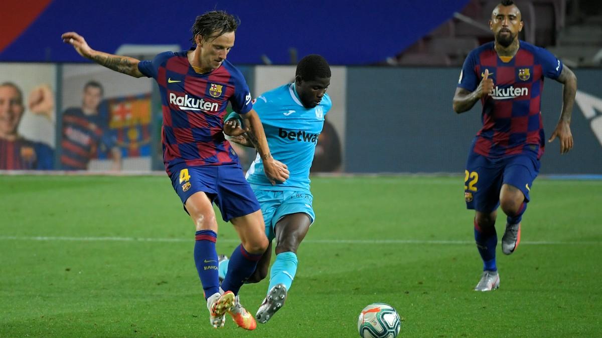 Rakitic pelea un balón durante el Barcelona – Leganés. (AFP)