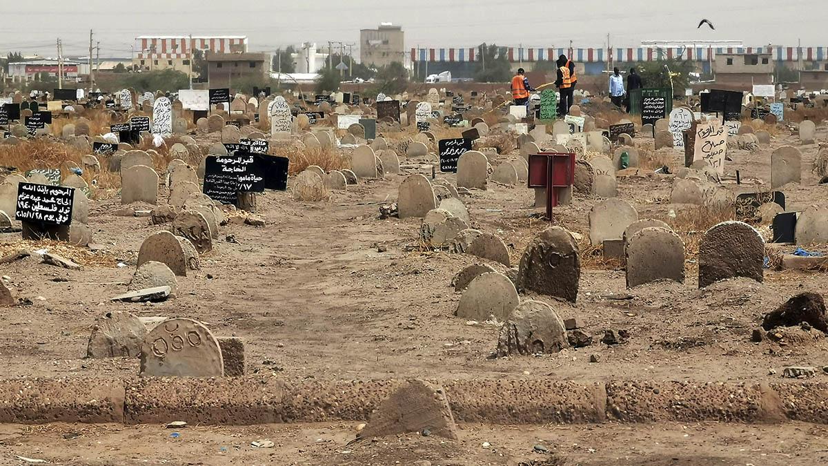 Un equipo de forenses investiga la fosa común descubierta al este de la capital de Sudán, Jartum.