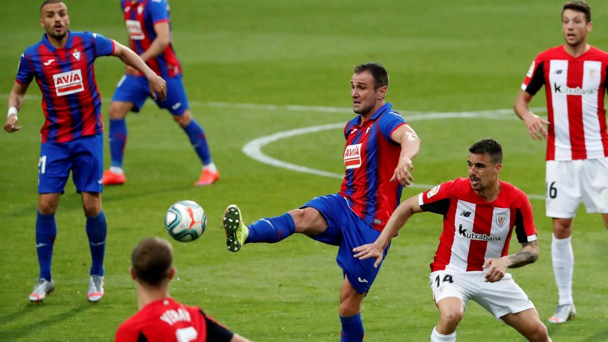 Eibar y Athletic se miden en un partido. (EFE)