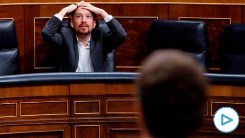 El vicepresidente segundo del Gobierno, Pablo Iglesias, escucha la intervención del líder del PP, Pablo Casado, durante a la última sesión de control al Ejecutivo bajo el estado de alarma que se celebra este miércoles en el Congreso. Foto: EFE