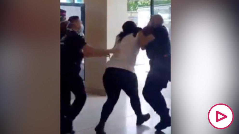 Eto'o denuncia la violenta detención de una mujer negra por 3 agentes de seguridad blancos en el metro.