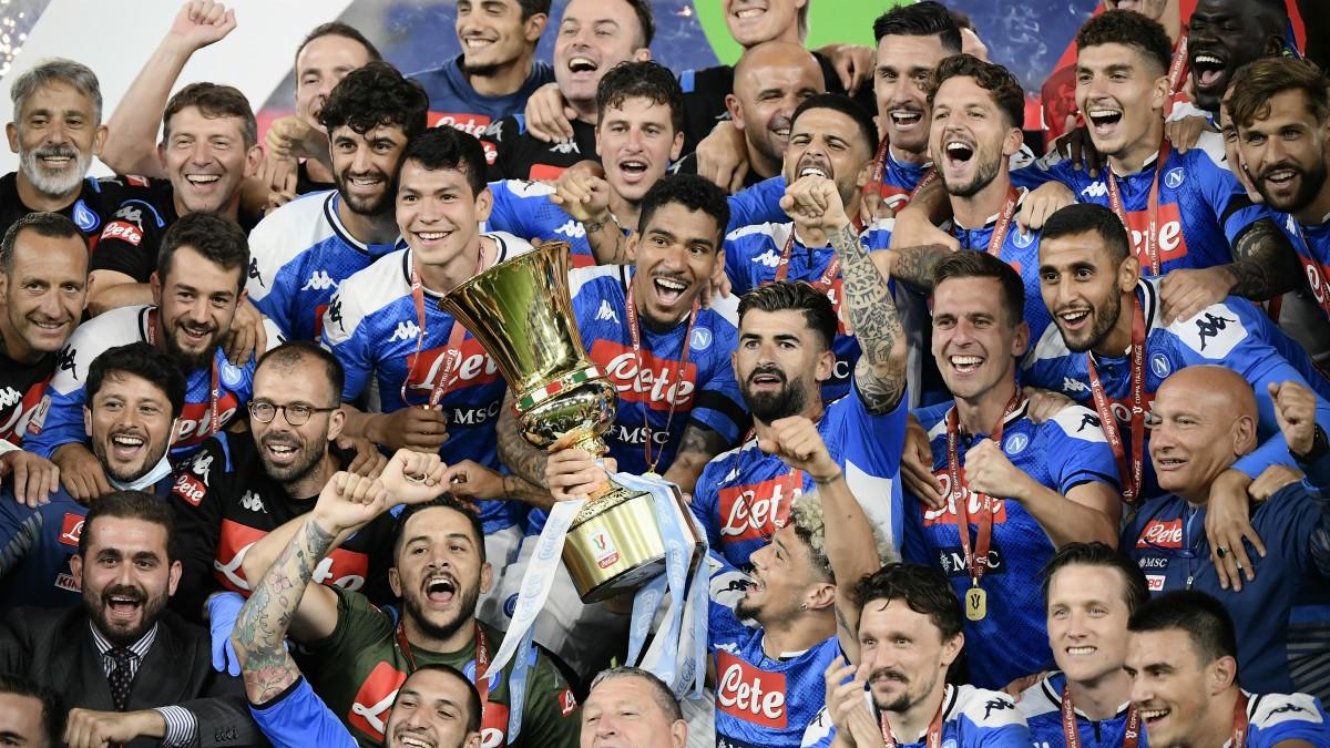 Los jugadores del Nápoles levantan el título de campeones de Copa. (AFP)