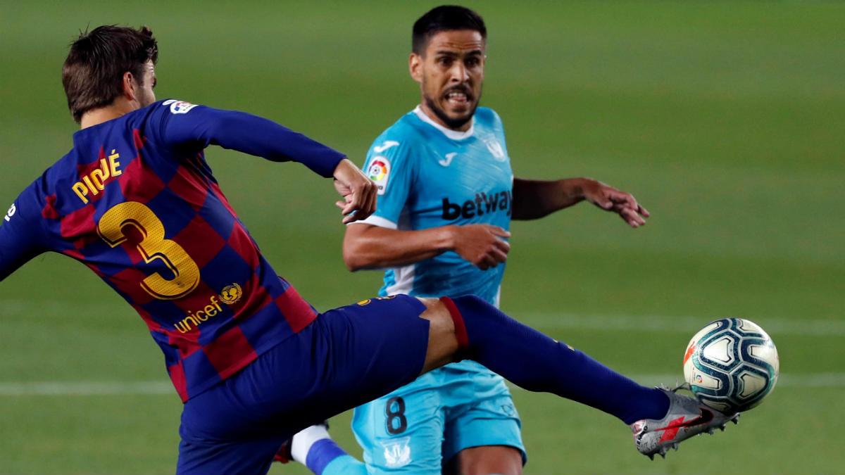Piqué disputa un balón con Recio en el Barcelona-Leganés. (EFE)
