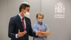Pedro Sánchez y Fernando Simón en el Ministerio de Sanidad. (Foto: Moncloa)