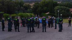 Un grupo de una treintena de guardias civiles a pocos metros de la finca de Iglesias. (Foto: OKDIARIO)