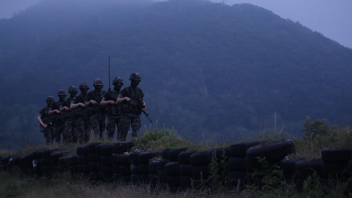 Militares de Corea del Sur patrullan en la isla de Yeonpyeong, en la frontera con su vecina del Norte. Foto: AFP