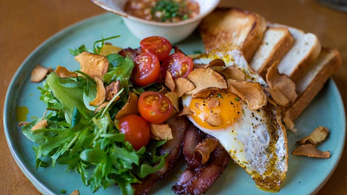 Deliciosos pero cargados de calorías, así son los huevos fritos tradicionales