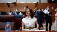 La presidenta de la Comunidad de Madrid, Isabel Díaz Ayuso, durante la sesión plenaria en la Asamblea de Madrid. (Foto: Jesús Hellín : Europa Press)