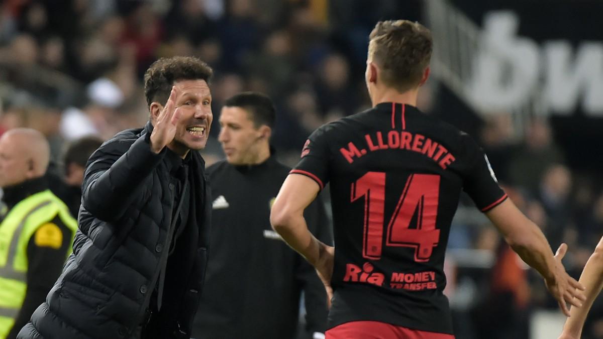 El Cholo Simeone saluda a Marcos Llorente en un partido del Atlético de Madrid. (AFP)
