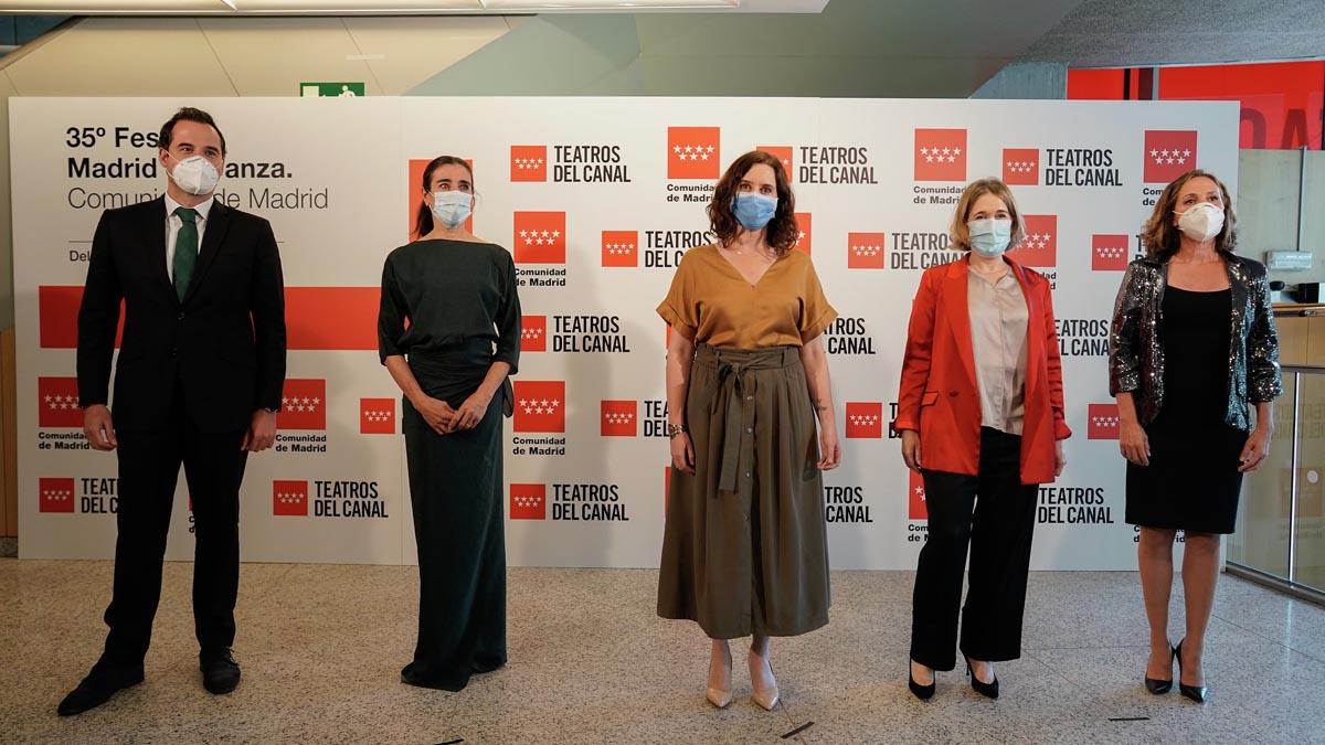 La presidenta de la Comunidad de Madrid, Isabel Díaz Ayuso, acompañada de miembros de su Gobierno en la reapertura de los Teatros del Canal tras la pandemia de coronavirus. Foto: EP
