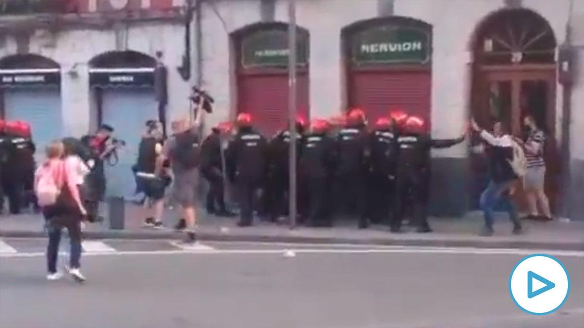 Momentos previos a la carga de la Ertzaintza para proteger un mitin de Vox en Bilbao.