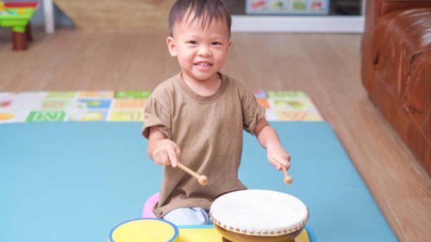 Cómo hacer un tambor para los niños con materiales reciclados