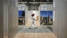 Una enfermera pasea por un pasillo del Hospital de emergencias de Ifema en Madrid. (Foto: Europa Press)
