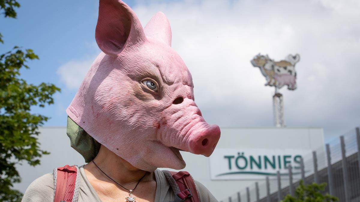 Protesta frente a una planta cárnica en Alemania donde se ha producido un brote de coronavirus entre los trabajadores. Foto: EP