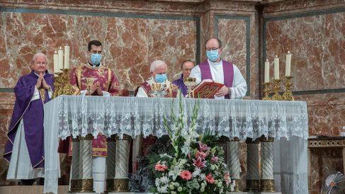 Misa por los fallecidos en la pandemia de coronavirus en la catedral de Valencia presidida por el arzobispo Antonio Cañizares.