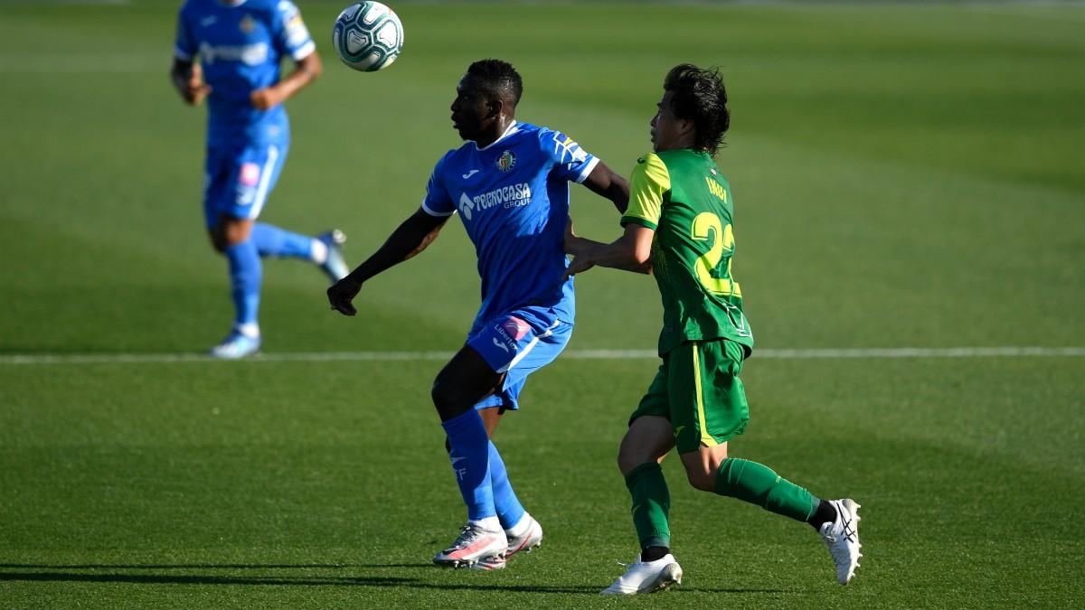 Etebo e Inui pelean un balón durante el Getafe-Eibar. (AFP)