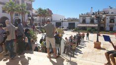 Huelva.- Coronavirus.- Largas colas en algunos ayuntamientos de pueblos freseros para acceder al Ingreso Mínimo Vital