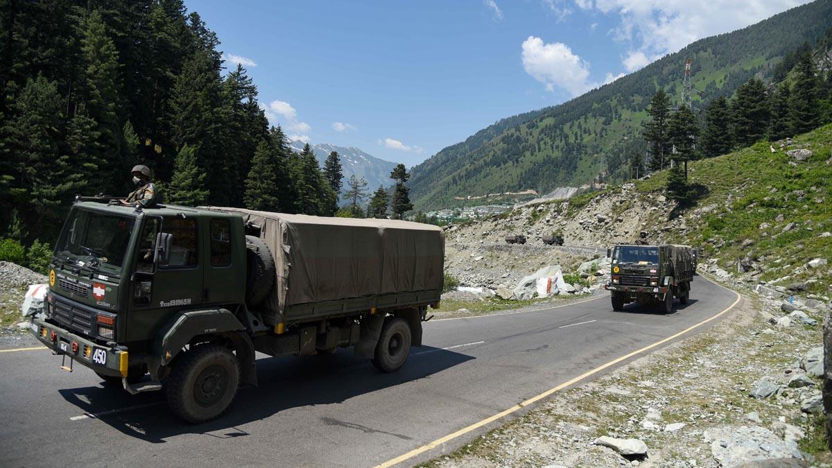 Camiones militares indios en la frontera con China