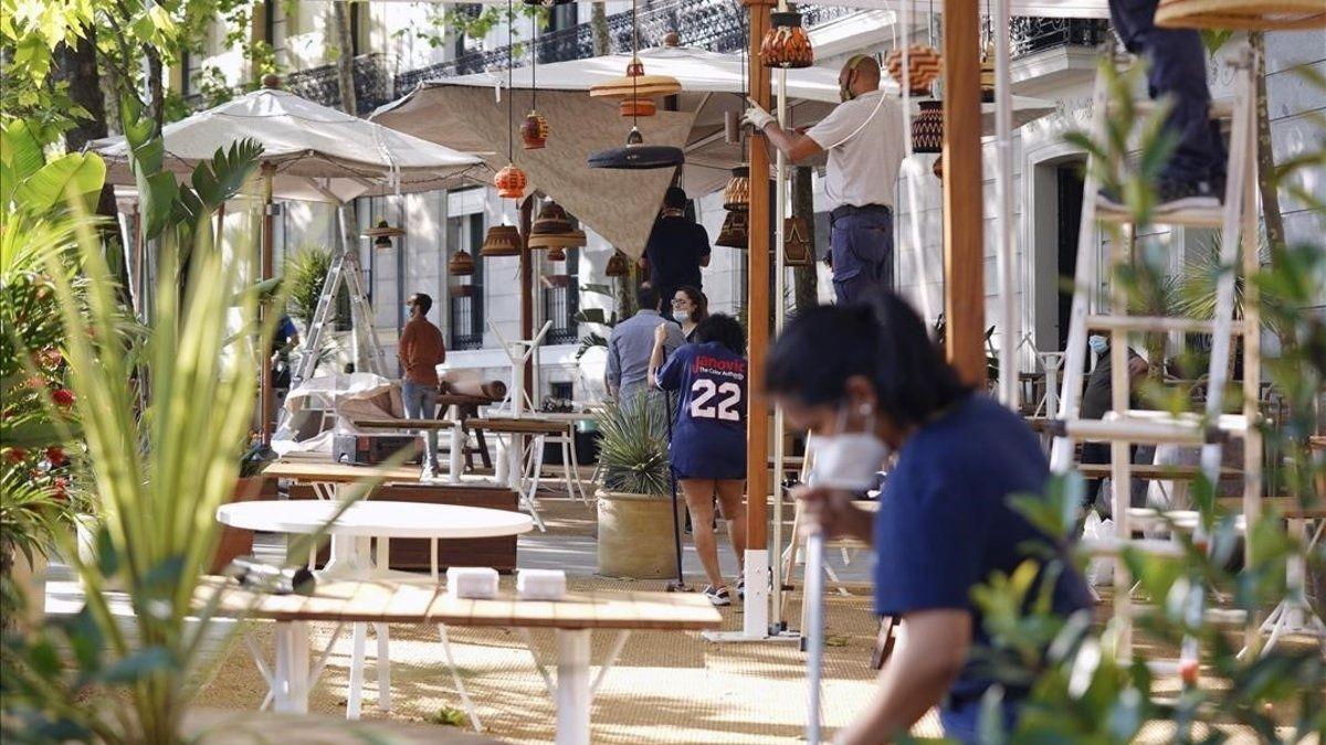 Empleados de un restaurante en Cataluña, unos de los más afectados por los cierres.