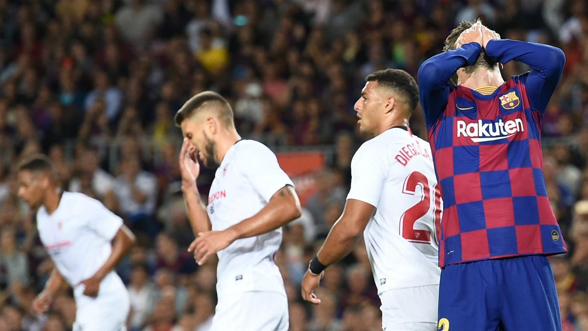 Piqué, durante un partido contra el Sevilla. (AFP)