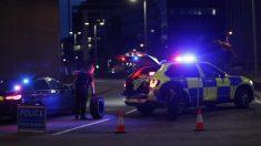 Efectivos de la Policía británica en el lugar del incidente en la localidad británica de Reading. Foto: AFP