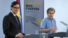 El ministro de Sanidad, Salvador Illa, y el director del CCAES, Fernando Simón, en Moncloa. (Foto: EFE)