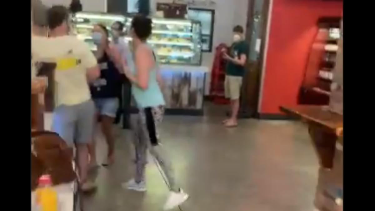 Twitter: Una mujer le tose en la cara a la otra por decirle que debe llevar mascarilla