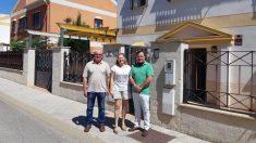 Rafael García Ortiz, de Vox Espartinas, junto a Javier y Teresa, propietarios de la vivienda okupada.