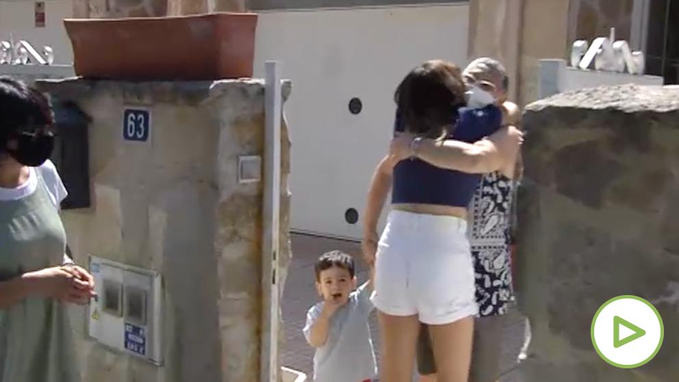 El fin del estado de alarma vuelve a reunir a familiares que llevaban más de tres meses separados