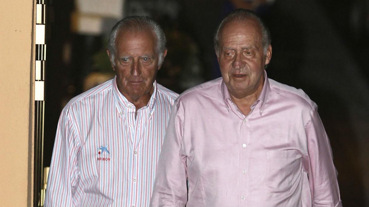 El rey emérito Juan Carlos I, junto a su amigo íntimo y compañero de regatas, el empresario Josep Cusí (Foto: JAIME REINA/AFP).