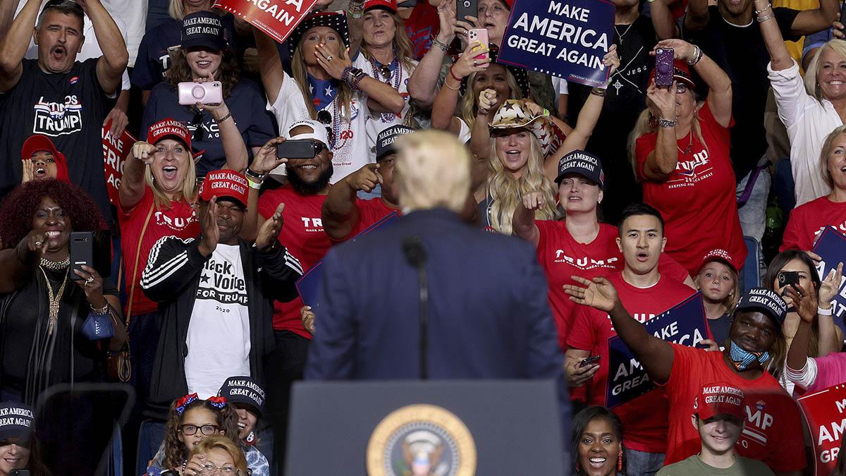 Donald Trump mira a su eufórico público durante su mitin en Tulsa (Oklahoma). (Afp)