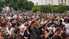 Una muchedumbre de gente se ha reunido en el concierto autorizado por el Ayuntamiento de París para celebrar el Día de la Música, en la foto no se puede ver a nadie con mascarilla. Foto: AFP