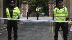 La Policía vigila el acceso al lugar del atentado de Reading.