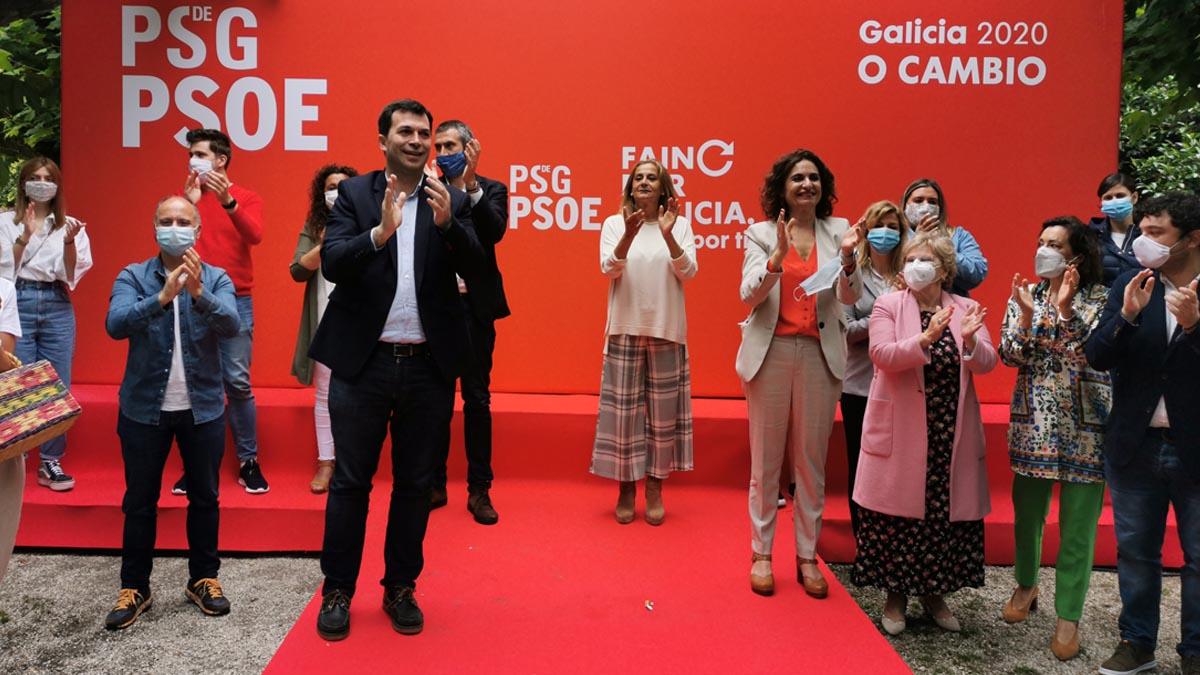 El secretario xeral del PSdeG, Gonzalo Caballero, y la ministra de Hacienda y portavoz del Gobierno, María Jesús Montero, en un mitin de precampaña en Vilagarcía de Arousa. Foto: EP