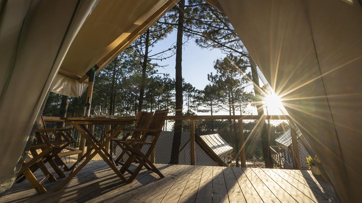 Vistas desde una de las cabañas de glamping que ofrece el outdoor resort Ohai Nazaré, en Portugal .