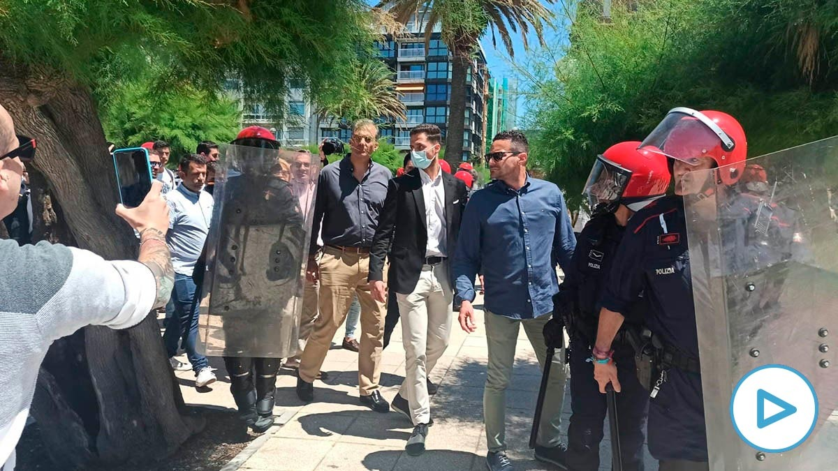 Javier Ortega Smith, hoy en San Sebastián, protegido por la policía ante el acoso de los radicales.