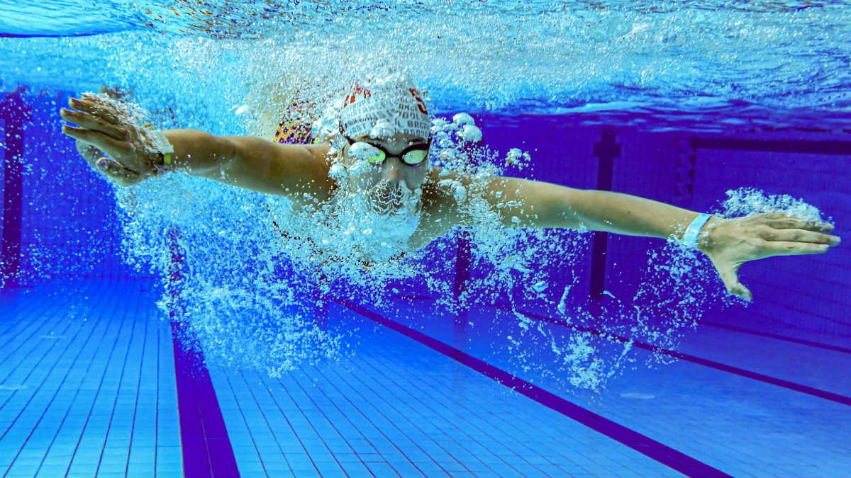 Una nadadora francesa en una piscina en Chartres-de-Bretagne, a las afueras de Rennes. (AFP)