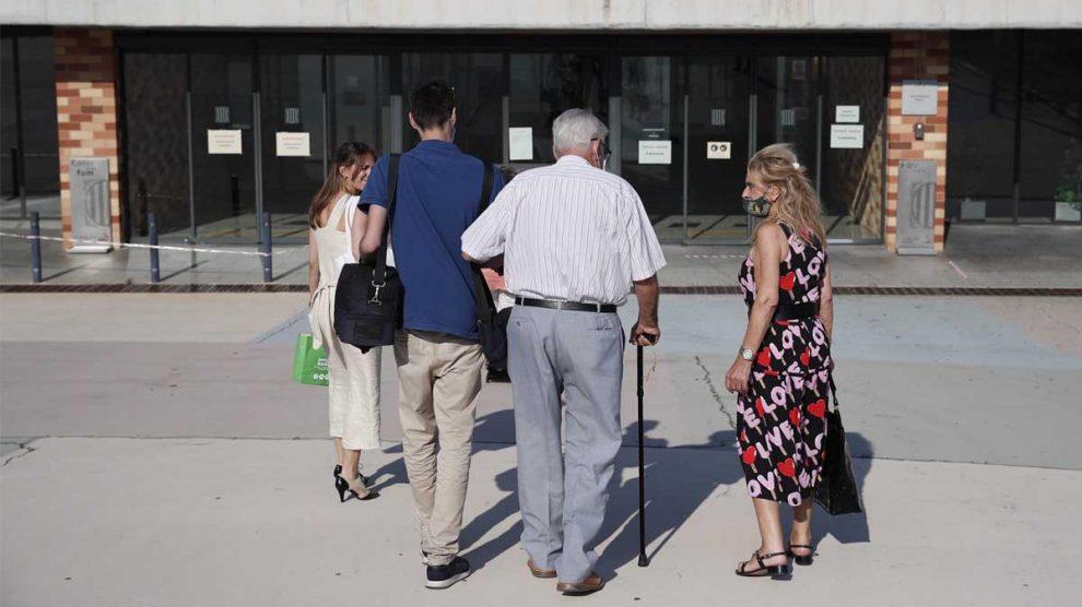 Jordi Montull, acompañado por familiares, a las puertas de la cárcel de Brian 2. Foto: EFE