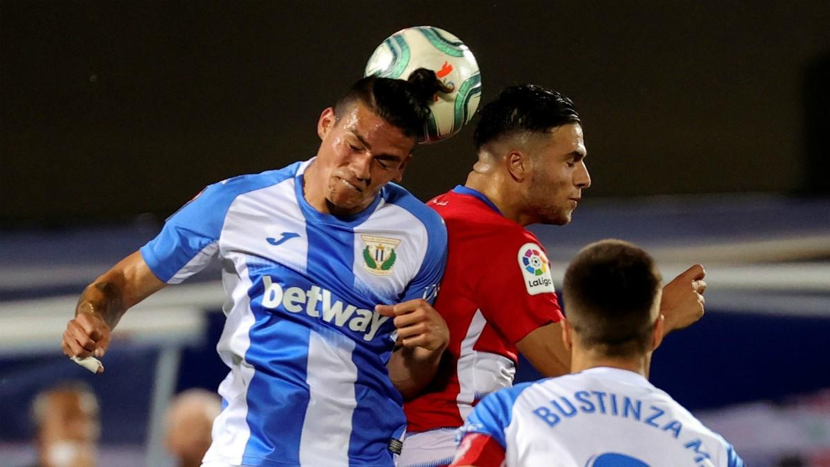 Jonathan Silva y Domingos Duarte pelean un balón aéreo en el Leganés-Granada. (EFE)