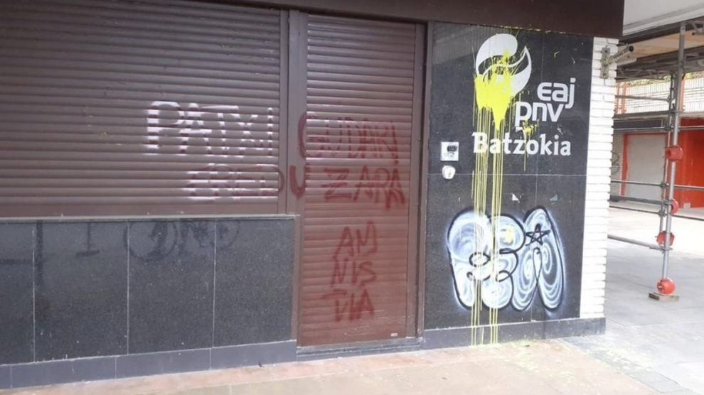 Pintadas a favor del preso de ETA Patxi Ruiz en el batzoki donostiarra de Altza. Foto: EP