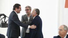 El presidente de la patronal CEOE, Antonio Garamendi, saluda al secretario general de UGT, Pepe Álvarez y al de CCOO, Unai Sordo – Eduardo Parra – Europa Press