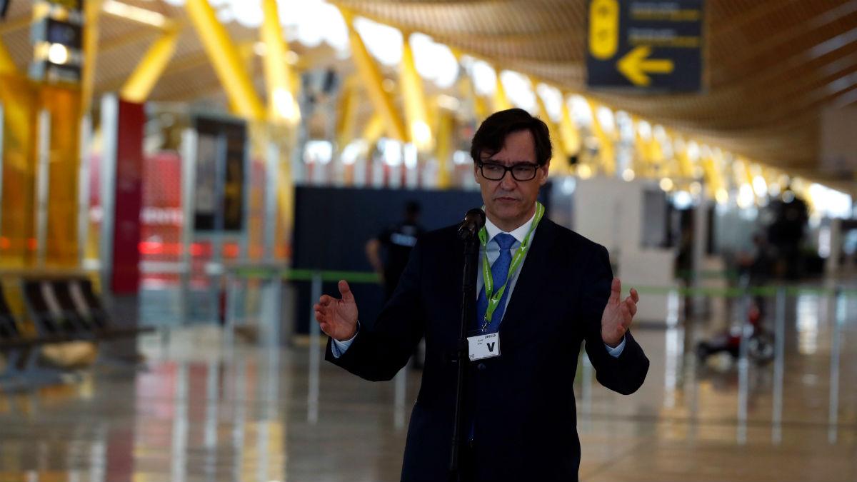 El ministro de Sanidad, Salvador Illo, en el aeropuerto de Barajas. (Foto: EFE)