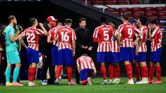 Simeone da instrucciones a sus jugadores durante un partido. (AFP)