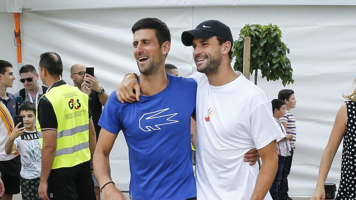 Novak Djokovic abraza a Grigor Dimitrov, positivo por Covid-19, durante su Adria Tour. (Getty)