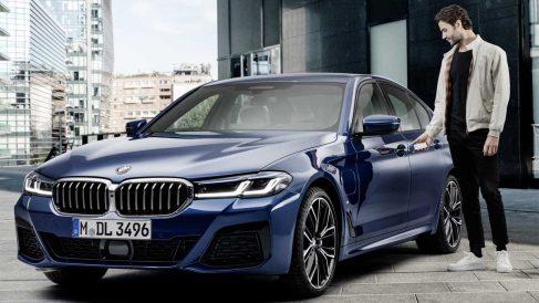 Un usuario de iPhone abriendo su BMW.